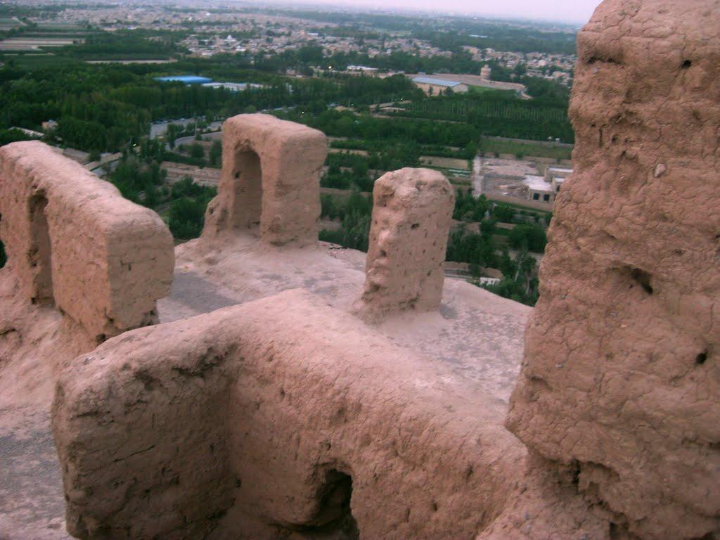 آتشکده ساخنه شده با خشت واقع در اصفهان - کوه آتشگاه (قدمت بیش از 2500 سال)